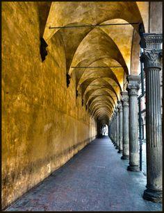 Arcadas amarelas do Pórtico de São Luca em Bolonha, na província homônima, região da Emília-Romanha, Itália.  Fotografia: albireo2006.