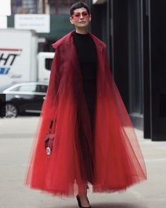 Oscar de la Renta Red over the top Organza Coat - Street style at New York Fashion Week Spring 2019 Look Fashion, High Fashion, Fashion Outfits, Womens Fashion, Fashion Design, Fashion Trends, Jackets Fashion, Fashion Coat, Fashion Edgy