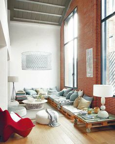 Sofas made recycling pallets and large windows. - Sofas hechos reciclando palets y grandes ventanales.