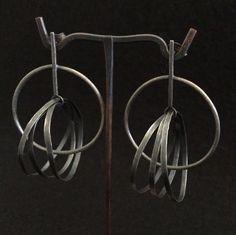 Montserrat Lacomba. Circles Intersection Earrings. Oxidized silver.