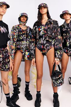 Versus Versace Spring 2019 Ready-to-Wear Fashion Show Collection: See the complete Versus Versace Spring 2019 Ready-to-Wear collection. Look 13 Collection Couture, Catwalk Collection, Fashion Show Collection, Summer Fashion For Teens, Summer Fashion Outfits, Womens Fashion For Work, Young Fashion, Nyc Fashion, Curvy Fashion