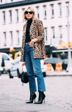 7 Ways to Make a Jeans-and-Tee Outfit Look Different Each Time : Jeans and T-shirts make the perfect casual outfit—but how do you get these ensembles to look unique? Emma of A Style Album has ideas for you… Classy Outfits, Casual Outfits, Fashion Outfits, Womens Fashion, Cheap Fashion, Fashion Ideas, Casual Boots, Casual Clothes, Denim Fashion