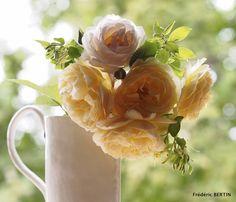 Roses de jardin dans pichet signé I.Poupinel. Photo de JL SCOTTO