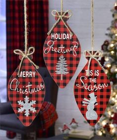 Buffalo Plaid Christmas Decor Ideas and Inspirations, Hurry up and check out Red & Black Plaid Christmas decor to the lovely Plaid christmas tree ideas! Buffalo Plaid Christmas Ornaments, Christmas Wood, Christmas Items, Diy Christmas Ornaments, Christmas Signs, Christmas Projects, Holiday Crafts, Christmas Holidays, Christmas Bulbs