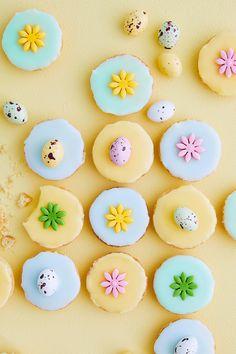 Pääsiäisbebet saavat täytteekseen raikasta sitruunakreemiä, ja suloinen kuorrutus saa ilmeensä geeli- tai pastaväreistä. Koristele vielä pienillä pääsiäismunilla, raekarkeilla tai sokerimassalla! #meilläkotona #meilläkotonafi #pääsiäisleivonta #pääsiäisleivonnaiset Easter Bunny, Sugar, Cookies, Chocolate, Desserts, Food, Bunnies, Eggs, Bebe