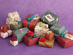 Introducing our new FREE printables library – Minnesota Miniatures Market Printable Christmas wrapping paper. Ready to wrap around foam or wood blocks and decorate for Christmas! Dollhouse Miniature Tutorials, Miniature Crafts, Miniature Christmas, Christmas Minis, Diy Dollhouse, Christmas Wrapping, Miniature Dolls, Christmas Presents, Dollhouse Miniatures