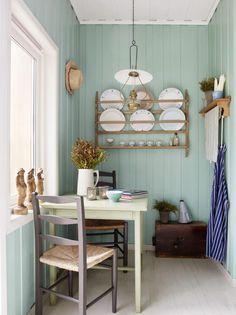 GJENBRUK: I et lite hjørne av kjøkkenet på denne hytta er det akkurat plass til et kaffebord. Her er det gjenbruk av alle varianter, både arvet og kjøpt. Bordet har fått et par strøk med lys lime, mens stolene er askegrå.