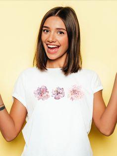 Flora Furora - für mehr Blumen im Leben !  T-Shirt mit rosa Blumen Dreierlei Aufdruck:  Blumen sind ein Zeichen für Positivität, Freude und Freiheit. Bei deinem Herzen getragen strahlst du immer damit immer Freude aus. Die Blumen erinnern dich daran, dass du bei Allem Freude haben kannst. Die rosa Blüten ist auf weißen, grauen, oder schwarzen Shirt´s sehr hübsch anzusehen und bilden einen tollen Kontrast. Tragen kannst du es sowohl in deiner Freizeit als auch bei deiner nächsten Yoga Praxis. Flower Power, Hippie Top, Teen Girl Fashion, Summer Prints, Latest T Shirt, Unisex, Flower Fashion, T Shirts For Women, Clothes For Women