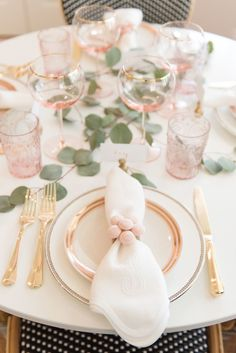 Browse these gorgeous spring tablescapes, spring tablescape ideas, Easter table ideas, Easter tablescapes, and other spring decorating ideas. If you're looking for spring decorating ideas including Easter table and tablescapes, these spring tablescapes will be perfect #springtablescapes #eastertable #springdecoratingideas Pink Table Settings, Beautiful Table Settings, Wedding Table Settings, Table Wedding, Place Settings, Rustic Wedding, Wedding Country, Brunch Table Setting, Trendy Wedding