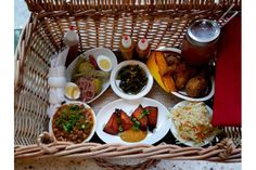 Casual Restos: Dinette Triple Crown packs your picnic basket montreal Romantic Things To Do, Nice Things, Montreal Food, Wicker Hamper, Fried Chicken, Summer Recipes, Crown, Eat, Ethnic Recipes