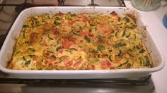 frittata di zucchini su base di patate   con l'aggiunta di pomodori, cubetti di prosciutto cotto e parmigiano