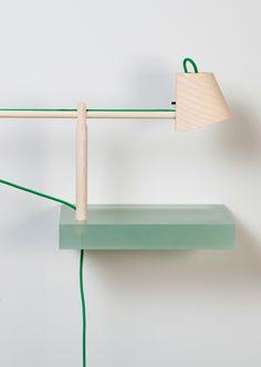 Roel Huisman maakt kunststof plankjes met verschillende functies... Een vaas, lamp, spiegel of fruitschaal.