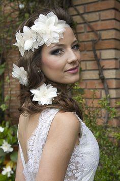 Headband Vivian, para penteado de noiva com cabelos meio presos, possui três flores feitas em cetim e chiffon aplicadas em fita de cetim.  Pins Paloma feitos em cetim e chiffon.