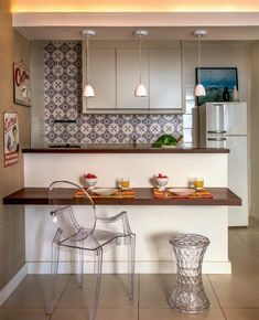 Balcão serve como mesa de refeições e aparador nesta cozinha