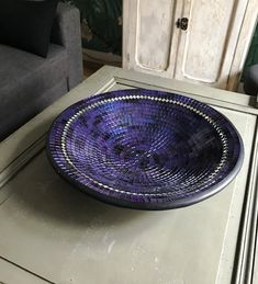 Grand plat de mosaïques bleu rond Aesthetic Objects, Mosaic Glass, Beautiful, Compass, Dish, Hands