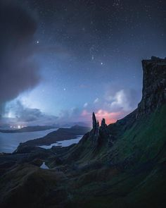 The Old Man of Storr, Isle of Skye, Scotland. Photo by Cath Simard Beautiful Landscape Photography, Beautiful Landscapes, Nature Photography, Travel Photography, School Photography, Beautiful World, Beautiful Places, Beautiful Scenery, Beautiful Pictures
