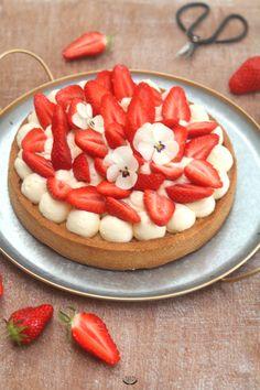 Pâte sucrée croustillante, crème d'amande moelleuse, crème diplomate légère et fraises fraîches, voici ce qui compose ma tarte aux fraises crème diplomate. Une recette facile et gourmande. #recette #tarte #fraises #cremediplomate #patisserie