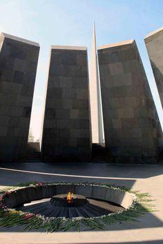 El monumento que recuerda al genocidio armenio en Ereván   Bahía César Armenia, Marina Bay Sands, Building, Blog, Travel, Monuments, Viajes, Buildings, Trips