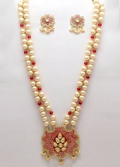 Exclusive and worked set beautifies worked foliage design, which is embellished with that gives you an look. Comes with matching pair of Designer Jewellery, Fashion Jewellery, Jewelry Design, Chevron Necklace, Necklace Set, Gold Pendant, Pendant Jewelry, India Bazaar, Ethnic Looks