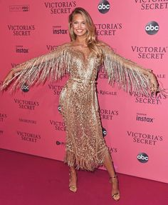 Ok one more, just to finish it off, apparently I truly believed I could fly that day. 🌟 Romee Strijd // Victoria's Secret Pink Carpet, Green Carpet, Fur Carpet, Victoria's Secret, Carpets For Kids, Vs Fashion Shows, Glamour, Carpet Styles, Victoria Secret Fashion Show