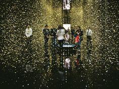 """Il design della Triennale Una delle installazioni di grande effetto alla Triennale di Milano. Nella foto """"Light is Time"""" di CITIZEN, 80.000 dischi metallici che fluttuano sospesi nel vuoto. La festa di apertura alla Triennale è martedì 8 aprile, dalle 19 alle 24, con un concerto della Swing Jazz Band di Paolo Tomelleri."""