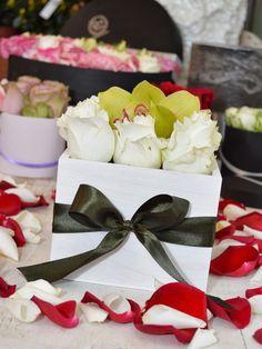 Fehér rózsa és orchidea fadobozban