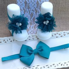 Teal Green (3 inch )Bow on an Adjustable Headband with Matching Teal Lace Barefoot Sandals with Rhinestone and pearl accents, Headband and Sandals are on 3/8 inch Teal Green elastic    Headband is adjustable    ***Don't forget to choose size for sandals before placing order.***    Fits sizes Newborn to Adult    The Headband that grows with your child!      Custom orders, I do enjoy creating these, if you have an outfit that you would like to have a special piece made for, don't hesitate to…