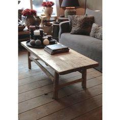 Mooi oud houten salontafel en daarachter een rond tafeltje met een bloementafeltje ervoor, leuk!
