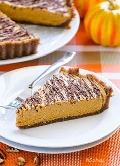 Clean No Bake Pumpkin Pie Recipe -- Healthy, vegan and gluten free pie that tastes like pumpkin ice cream, wrapped in a pecan cinnamon crust and drizzled with chocolate.