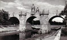 Antiguo Puente Toledo MADRID . Mercado Madrid, Foto Madrid, Covered Bridges, Old Pictures, Brooklyn Bridge, Spain, Black And White, San Bernardo, Travel