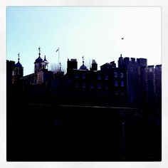 Skyline of towers  #traveller #travelgram #travel #travelingram #igtravel #trip #trippy #england #london #Londra #welcome  #family #walking #walk #wondering #filters #coldday #lfl #picoftheday #whitetower #towerhill #skyline by lavalemelinda