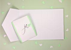 Unsere neueste Hochzeitseinladung ist eine Pocketfold Karte mit Heißfolienprägung. So erhält eure Einladungskarte eine extra Portion Glanz und Glamour.   Einladungskarte, Hochzeitseinladung, wedding invitation, invitation, stationary, wedding stationary,Papeterie, Hochzeitspapeterie, pocketfold, Heißfolienprägung, hot foil, KartenWerk