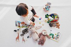Traveling with a toddler? Worry not! Having a good collection of travel toys for toddlers goes a long way in having a pleasant, stress-free, and tears-free trip. This list of toys will keep your kids entertained on airplanes and during road trips. Best Baby Toys, Best Kids Toys, Baby Lernen, Best Educational Toys, Travel Toys, Dolce E Gabbana, Baby Registry, Baby Bottles, Toddler Toys