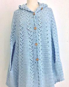 Risultati immagini per free crochet pattern poncho with hood Crochet Cape Pattern, Crochet Coat, Crochet Jacket, Crochet Cardigan, Crochet Scarves, Crochet Shawl, Crochet Clothes, Free Crochet, Simple Crochet