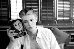 More than one and a half months after the death of British singer David Bowie, A. Galerie of Paris is organizing an exhibition in his honor with portraits of the artist taken by numerous international photographers. Arnaud Adida, gallery director, shares a few words on this new exhibition, on view through May 9th.