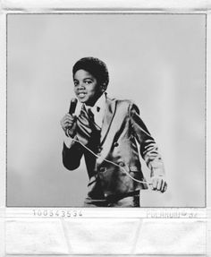 Michael Joseph Jackson born on August 1958 - in Gary, Indiana. Michael Jackson - Cuteness in black and white ღ by ⊰ Young Michael Jackson, Photos Of Michael Jackson, Jackson Family, Jackson 5, Familia Jackson, Studios, King Of Music, The Jacksons, Vintage Soul