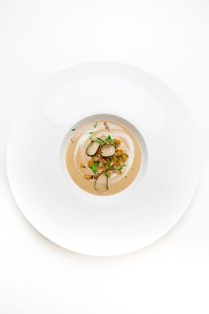 Delicious autumnal chestnut soup with cinnamon croutons, wild boar ham, parsley and black truffle. Sauce Tartare, My Favorite Food, Favorite Recipes, Bread Dishes, Salsa, Food Presentation, Soup And Salad, I Love Food, Fine Dining