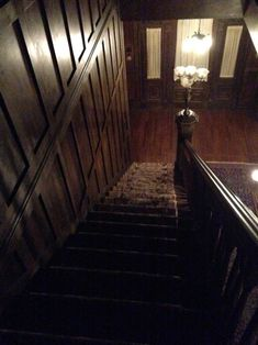 house, norman bates, and tv show image Mansion Interior, Home Interior Design, Bates Hotel, Norman Bates, Haunted Mansion, Find Image, Fairy Gardens, Motel, Dollhouses