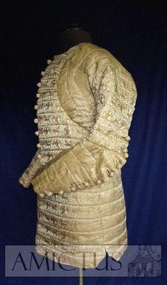 Jedwabny, ręcznie pikowany pourpoint, uszyty w oparciu o zachowany strój Charles'a de Blois - późny XIV w. Silk, hand quilted pourpoint, based on the preserved dress of Charles de Blois - late 14th c. www.amictus.pl