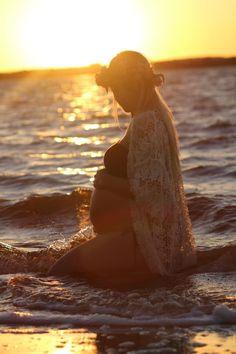 Water Maternity Photos, Beach Maternity Pictures, Maternity Photo Outfits, Maternity Poses, Couple Pregnancy Photoshoot, Maternity Silhouette, Maternity Photography Outdoors, Beautiful Pregnancy, Pregnant Couple