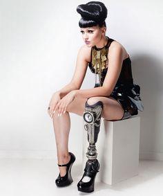 Cette chanteuse et mannequin amputée est la première à assumer à 100% sa prothèse dans un clip vidéo ! Bravo, il fallait oser...