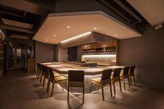Location: Yeoksam-dong, Gangnam-gu, Seoul Use: Izakaya Area: 125㎡일식당 센민에서 '전통'은 외관 디자인에 가장 직접적으로 드러난다. 백색의 미니멀한 매스감이 돋보이는 파사드에는 대나무와 잔디, 석재벤치, 돌탑등 동양적인 오브제 들이 Japanese Kitchen, Japanese Modern, Japanese Design, Bar Table Design, Japanese Restaurant Design, Teppanyaki, Dining Room Bar, Bar Lighting, Restaurant Bar