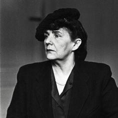 """Zofia Nałkowska: Co za nonsens - takie życie, takie zdychanie  Maria Dąbrowska 14 lutego 1947 roku notuje w dzienniku: """"Nałkowska olśniewała. Trzyma się coraz lepiej, musi mieć świetnych masażystów i kosmetykarzy, bo nawet gładka się zrobiła na gębie i na szyjsku"""""""