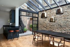>> The architects chose Crittall-style glazing to encase the single-height space. These black gridded frames also encompass a mono-pitched glass roof. Highbury Hill extension by Blee Halligan Architects. We love the bare brick at reroom uk Victorian Terrace House, Victorian Homes, Victorian London, Victorian Townhouse, Fran Silvestre, Glass Extension, Side Extension, Extension Google, Extension Ideas
