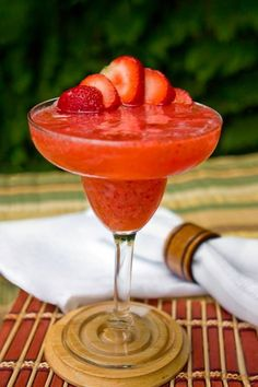 The strawberry daiquiri is a favorite rum cocktail and perfect for summer. Learn to make a delicious frozen or shaken daiquiri with fresh strawberries. Strawberry Daiquiri Recipe, Frozen Strawberry Margarita, Strawberry Tequila, Strawberry Cocktails, Frozen Margaritas, Frozen Cocktails, Drinks Alcohol Recipes, Cocktail Recipes, Drink Recipes