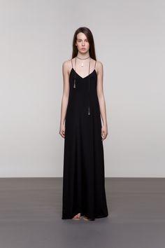 DUGA SVILENA HALJINA Predivna u minimalizmu i eleganciji, ovoj svilenoj haljini teško je odoljeti. Tanke bretele i samo jedan bočni prorez čine je drukčijom i unikatnom.