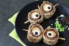 Scary Halloween recipes for a monster party - Halloween & Creepy Things - Buffet Halloween, Scary Halloween Food, Hallowen Food, Halloween Fruit, Scary Food, Halloween Dinner, Healthy Halloween, Halloween Desserts, Halloween Cupcakes