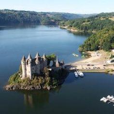 Musée Château De Val - 1 - Le Superbe Château Cerné Par Les Eaux Du Lac De Bort -