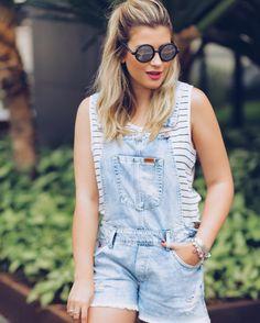 Apaixonada nessa jardineira jeans da @damyller  e ainda mais amor por essa regatinha listrada. Gostaram? Estou usando muito quem me acompanha nos Snaps e vlogs sabe haha #MeuJeansDamyller #publi