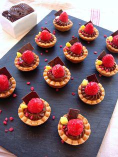Tartellettes with chocolate and raspberries Sweet Recipes, Real Food Recipes, Cake Recipes, Yummy Food, Elegant Desserts, Mini Desserts, Gourmet Breakfast, Italian Pastries, Sweet Bar